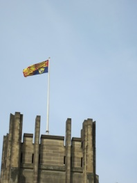 Royal Standard dikibarkan di Sheffield Cathedral